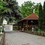 a Kaló Vendégház udvara, jobbra a pagoda